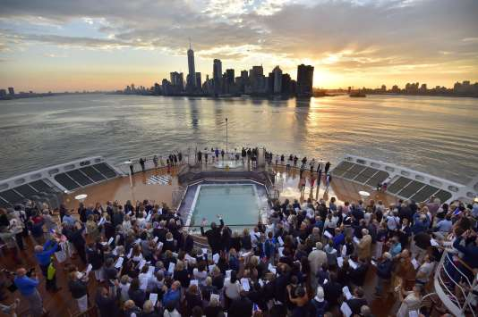 Des passagers sont rassemblés à l'avant du «Queen Mary 2» à leur arrivée à New York, samedi 1er juillet 2017.
