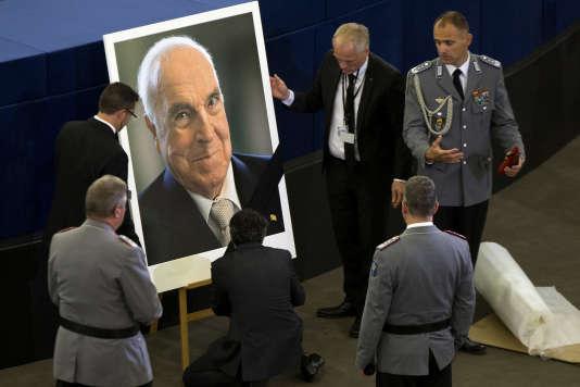 Un portrait d'Helmut Kohl installé à Strasbourg, au Parlement européen, le 1er juillet.