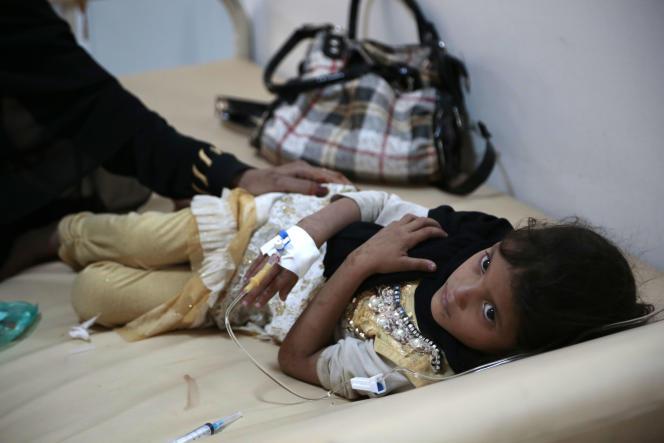Une fillette traitée pour un probable cas de choléra, dans un hôpital de Sanaa, le 1er juillet.