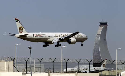 Un avion de la compagnie Etihad s'apprête à atterir à l'aéroport d'Abou Dhabi.