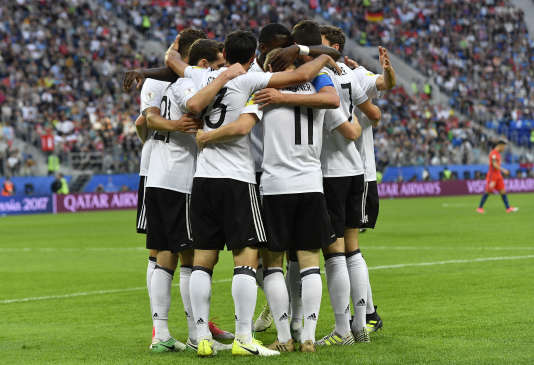 The Germans are celebrating the goal by Lars Stindl in the face of Chile, on 2 July.