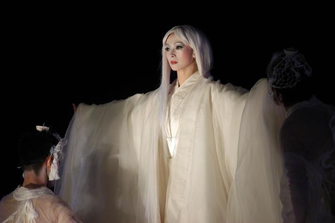 «Antigone», interprétée par Micari dans lamise en scène deSatoshi Miyagi.