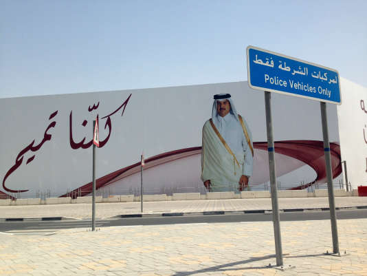 Un panneau à l'effigie de l'émir du Qatar, Cheikh Tamim Ben Hamad Al-Thani.
