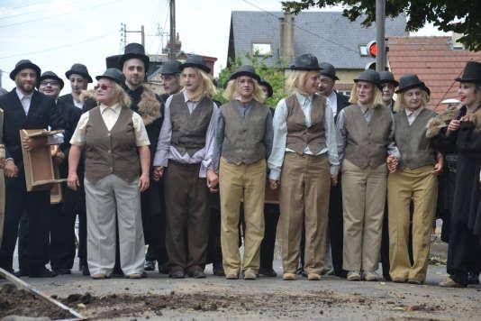 Les comédiens amateurs, habitants de Sotteville-lès-Rouen, pendant la déambulation« Cap au cimetière»