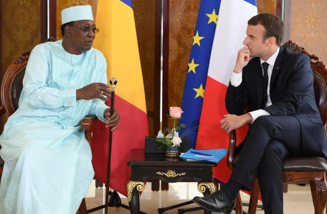 Le président français, Emmanuel Macron, s'entretient avec le président tchadien, Idriss Déby, lors d'un sommet du G5 Sahel, à Bamako (Mali), le 2juillet2017.