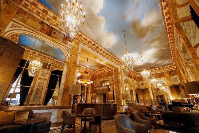 Le salon des Ambassadeurs accueille le bar de l'hôtel de Crillon.