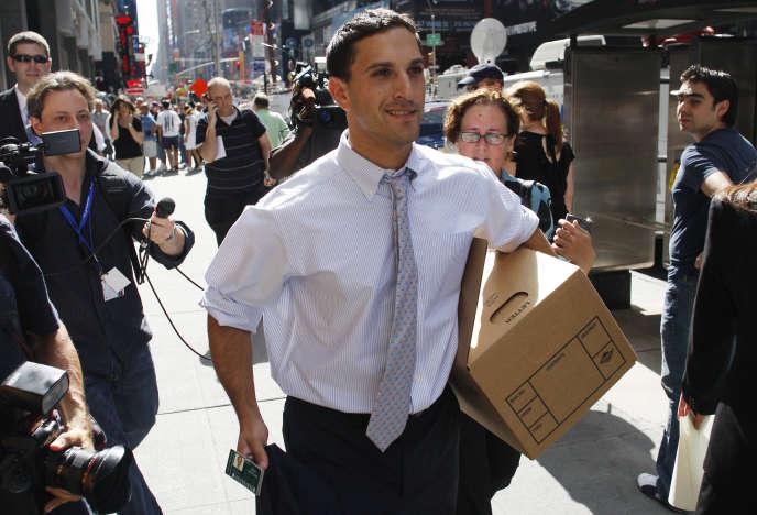 Un salarié de la banque d'affaires américaine Lehman Brothers déménages ses cartons, à New York, le 15 septembre 2008.