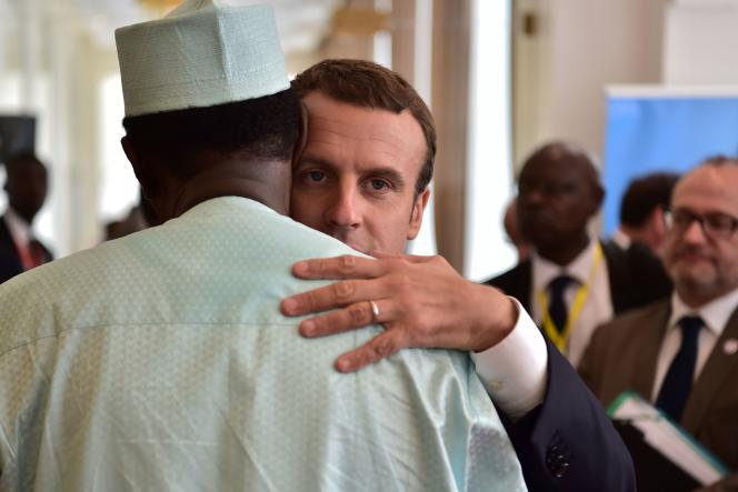 Emmanuel Macron donne l'accolade au président du Mali Ibrahim Boubacar Keïta, à Bamako, le 2 juillet.