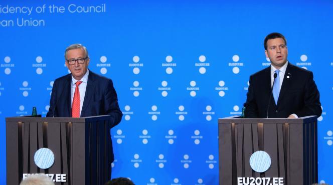 Jean-Claude Juncker, président de la Commission européenne (à gauche), et Jüri Ratas, premier ministre d'Estonie, à Tallinn, le 30 juin.