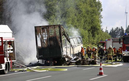 Des pompiers sont déployés autour du car qui a pris feu après une collision avec un semi-remorque sur l'A9 en Allemagne, le 3 juillet.