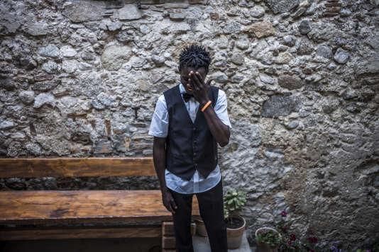 Daniel, Nigérian arrivé il y a 9 mois, est serveur dans un petit restaurant du villagede Camini, en Calabre (Italie), le 16 juin.