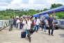 Un groupe de travailleurs birmans traverse la frontière entre la Thaïlande et la Birmanie par bateau, près du port de Ranong, le 3 juillet.