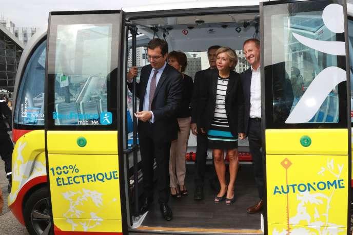 Valérie Pécresse dans un bus électrique à La Défense le 3 juillet.