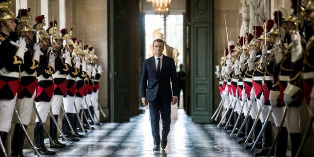 Le président Emmanuel Macron traverse la Galerie des Bustes avant son discours devant le Congrès au château de Versailles, le 3 juillet 2017.REUTERS/Etienne Laurent/Pool TPX IMAGES OF THE DAY