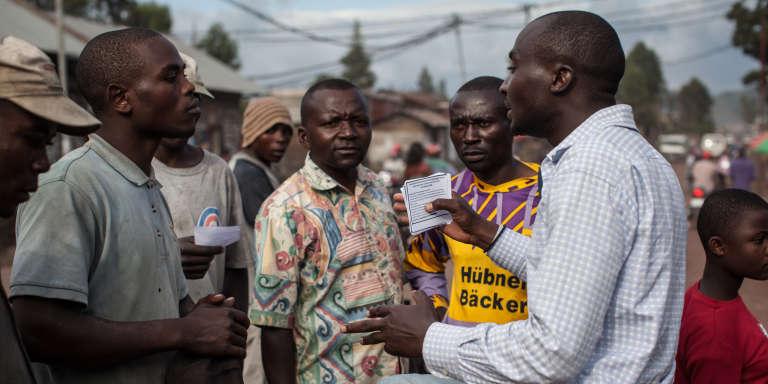 Un membre du mouvement de la société civile Lutte pour le changement (Lucha) discute avec des compatriotes à Goma, dans l'est de la République démocratique du Congo (RDC), en avril 2015
