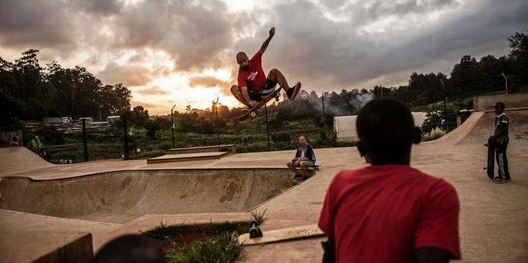 Des jeunes Kényans dans le skate-parc de Shangilia, à Nairobi, en janvier 2016.