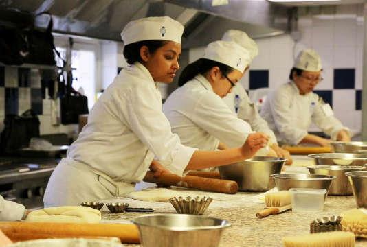 Dans les écoles hôtelières, les filles sont plus nombreuses mais n'accèdent pas à des postes élevés.