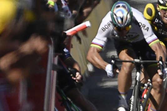 Mark Cavendish disparaît dans les barrières, tandis que Peter Sagan semble lui donner un coup de coude.