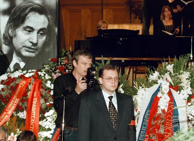 Obsèques officielles d'Alfred Schnittke, en présence du premier ministre russe Sergueï Kirienko, à Moscou, le 10 août 1998.