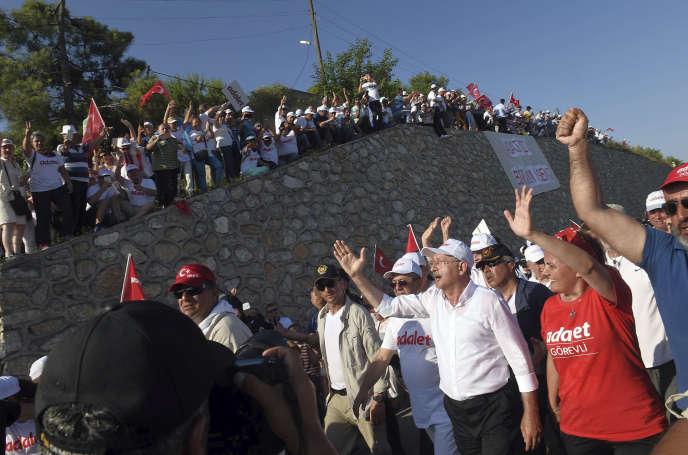 La population salue le passagede Kemal Kiliçdaroglu, le chef du CHP (au centre), à Izmit, dans la banlieue sud-est d'Istanbul, lors de la Marche pour la justice, dimanche 2juillet.