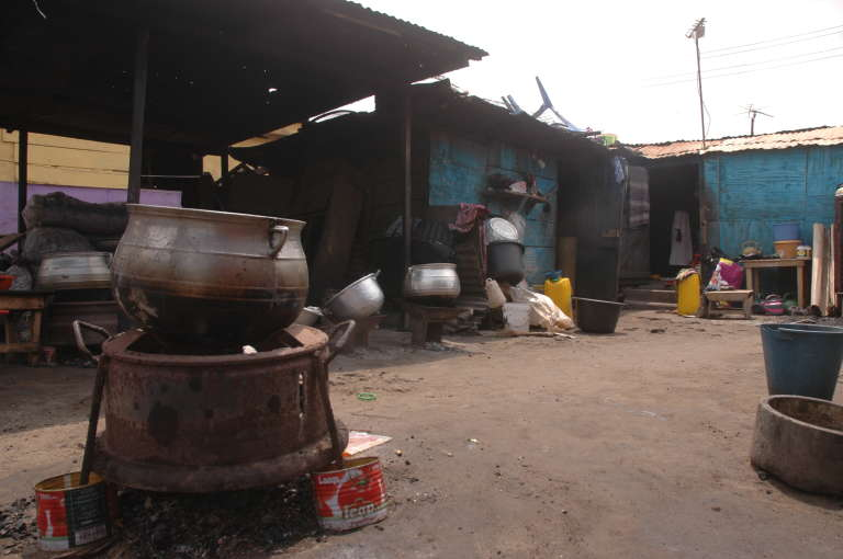 Des foyers au charbon, dans la cour devant la cahute de Janet Adu, dans le bidonville d'Ashaiman, non loin d'Accra.