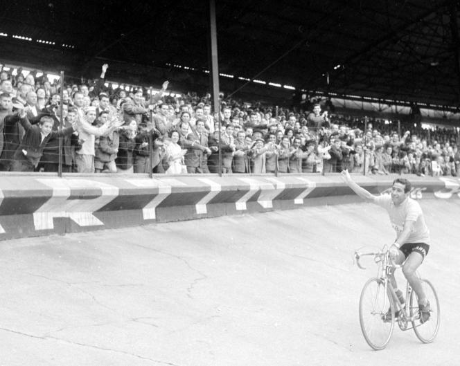 L'Italien Gastone Nencini effectue un tour d'honneur lors du Troyes-Paris, le 17 juillet 1960. En 1957, il termine les trois Tours et remporte le Giro.
