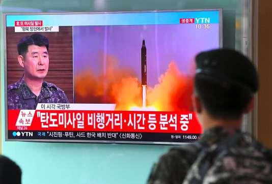 Un soldat regarde une vidéo du décollage du missile nord-coréen, à Séoul, le 4 juillet.