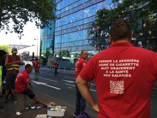 Les salariés de l'usine de laSeita devant le siège du géant du tabac Imperial Brands, le 4 juillet 2017 à Paris.