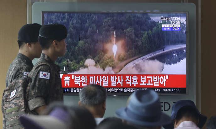 Un programme télévisé sud-coréen diffuse des images de tir de missile, ce mardi 4 juillet.