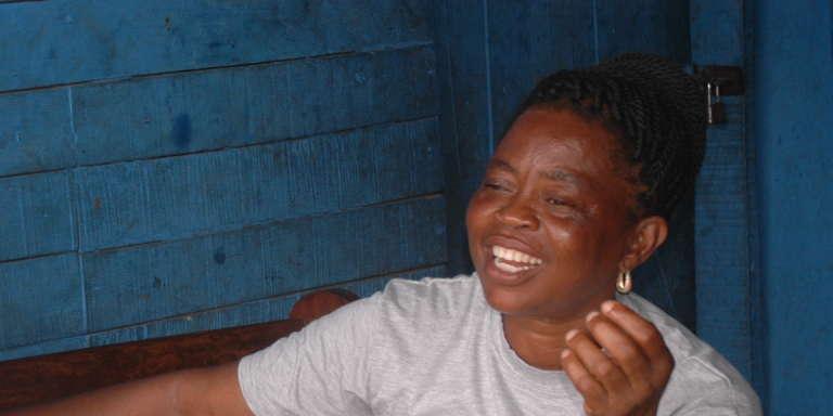 Janet Adu, « leader des communautés» des bidonvilles au Ghana, à Ashaiman, un quartier proche d'Accra, en juin 2017.
