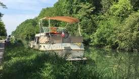 La Bourgogne au fil de l'eau. Une fois le bateau amarré à l'aide de piquets, on s'arrête en pleine nature pour pêcher.