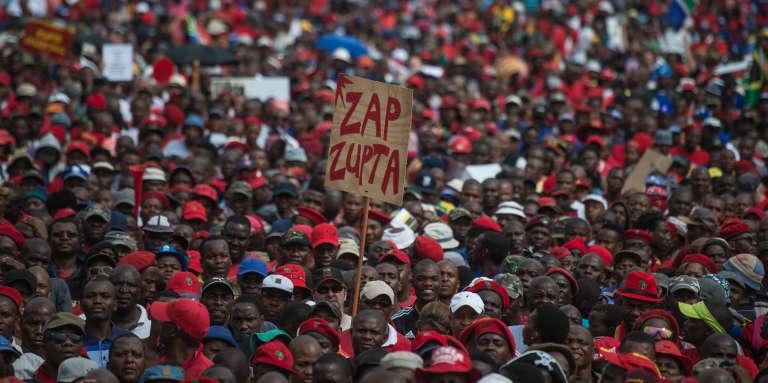 A Pretoria, en avril 2017, manifestation contre l'emprise de la famille d'origine indienne Gupta, proche du président sud-africain Jacob Zuma, au cœur de plusieurs scandales financiers et politiques.