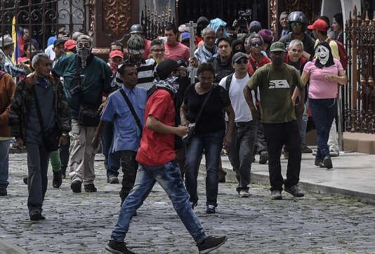Des partisans du président Maduro pénètrent dans l'enceinte du Parlement vénézuélien tenu par l'opposition, mercredi 5 juillet à Caracas.