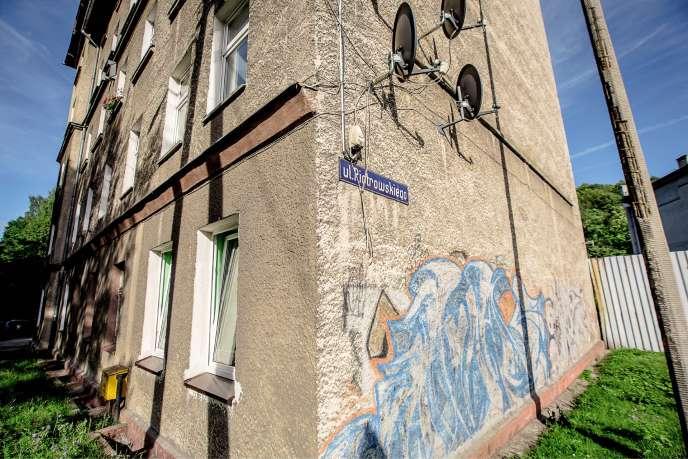 La rue Roman Piotrowski, du nom de ce Polonais mort sous les balles des Allemands en août 1944 près de Carmaux, dans le Tarn, et décoré à titre posthume de la croix de guerre. La plaque devait être retirée, elle va finalement rester.