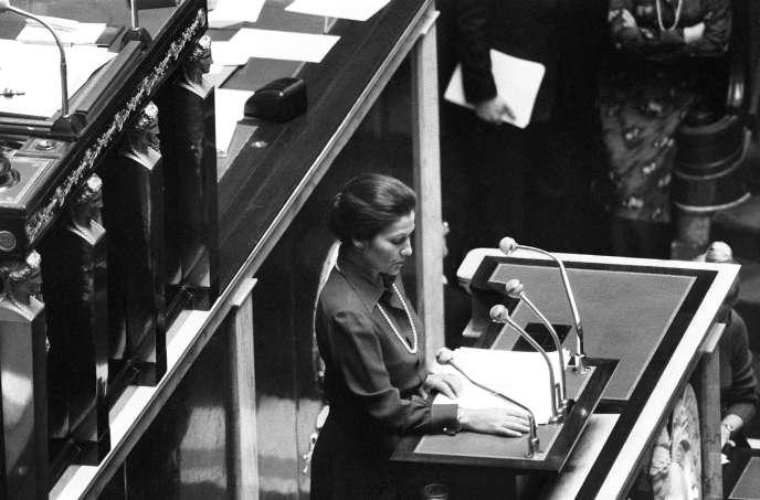 Simone Veil, alors ministre de la santé, s'adresse à l'Assemblée nationale, à Paris, le 26 novembre1974.