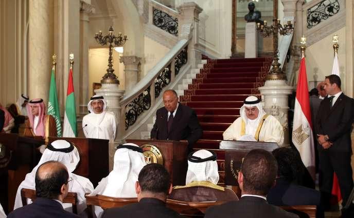 De gauche à droite, les ministres des affaires étrangères saoudien, Adel Al-Joubeir ; celui des Emirats arabes unis, Abdullah Ben Zayed Al-Nahyan ; d'Egypte, Sameh Shoukry ; et du Bahreïn, Khalid Ben Ahmed Al-Khalifa, lors de leur conférence auCaire, le 5 juillet.