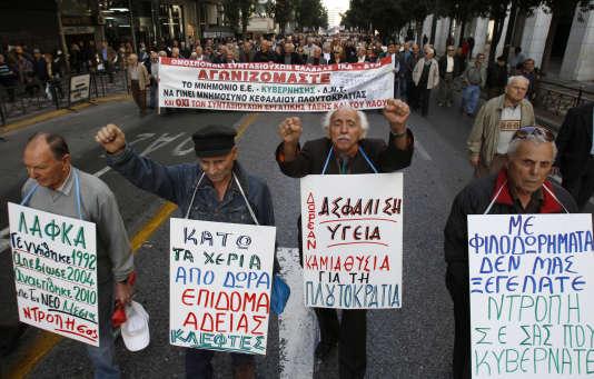 Des retraités grecs manifestent contre les mesures d'austérité du gouvernement, à Athènes, le 7 décembre 2010.