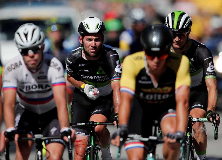 Le Britannique Mark Cavendish, le leader de l'équipe Dimension Data, le 4 juillet 2017, après sa chute.