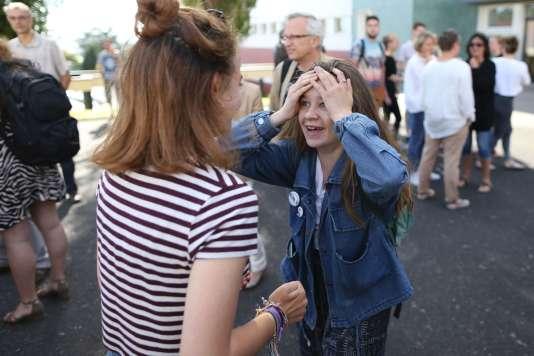 Lors des résultats des épreuves finales du bac 2017, à Cherbourg-Octeville, mercredi 5 juillet. AFP / CHARLY TRIBALLEAU