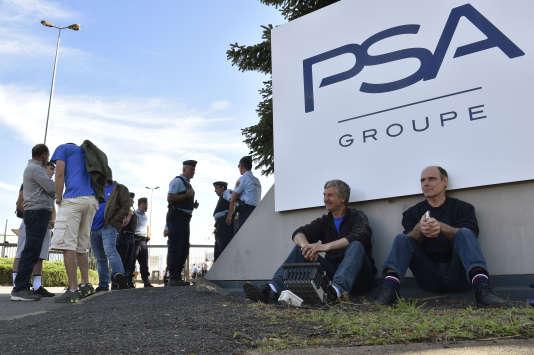 Des salariés de GM&S bloquaient, mercredi5 juillet, les accès de l'usine PSA de Sept-Fons.