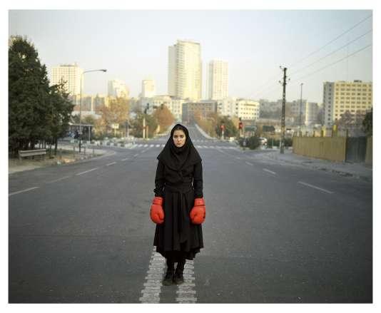 Newsha Tavakolian photographie des jeunes gens, parle de cette jeunesse iranienne qui représente 80% de la population ! C'est elle qui mène le pays vers la modernité !