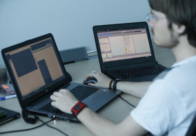 Un ordinateur touché par le virus « Petya», à droite, dans les bureaux de l'entreprise de sécurité informatique ukrainienne ISSP, à Kiev.