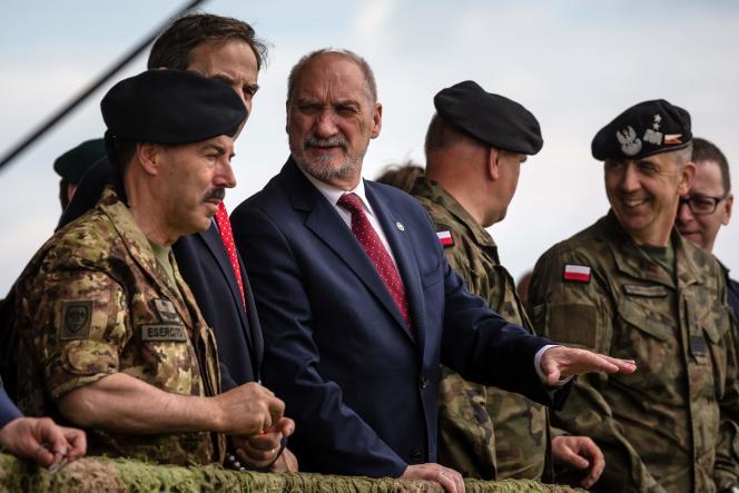 Antoni Macierewicz, le ministre de la défense polonais, assiste à un exercice de l'OTAN, à Orzysz, le 16 juin.