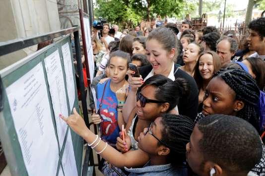 Des lycéens devant les résultats du bac, le 5 juillet.