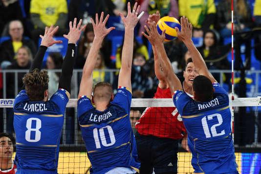 De gauche à droite : Julien Lyneel, Kévin Le Roux et Stéphen Boyer au bloc lors du match du Final Six de la Ligue mondiale contre les Etats-Unis à Curitiba (Brésil), le 4juillet.