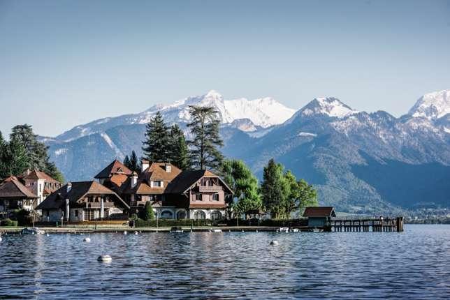 Idéalement situé au bord du Lac d'Annecy, L'Auberge du père Bise propose aussivingt-trois chambres et suites.