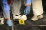 Des enquÍteurs de la police judiciaire s'affairent, 18 fÈvrier 2011, sur un pont de la Scalla Santa RÈgina, une route sinueuse de montagne, ‡ Corscia dans le centre de la Corse, autour d'un vÈhicule dans lequel deux individus ont ÈtÈ tuÈs dans un gue-apens. AFP PHOTO STEPHAN AGOSTINI / AFP PHOTO / STEPHAN AGOSTINI