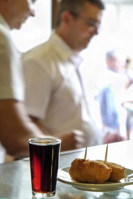 Croquettes et vermouth, l'inséparable duo à consommer à toute heure.