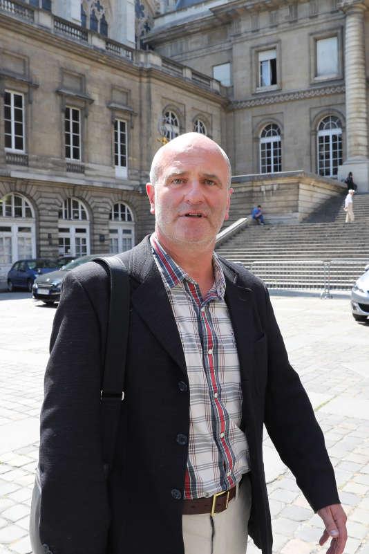 Vincent Debraize devant la Police judiciaire à la sortie de sa garde à vue, le 17 juin.