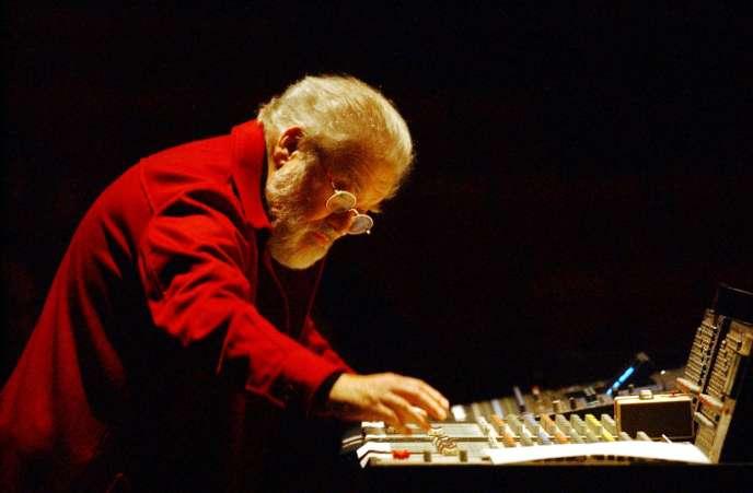 Le compositeur français Pierre Henry interprète sa dernière création, au cours du concert qu'il a donné, le 06 décembre 2002 à Nantes.